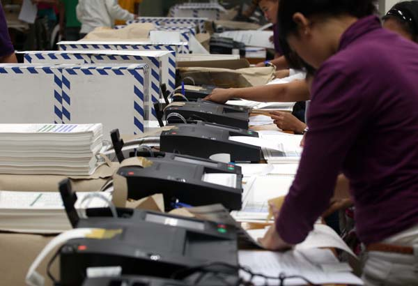 Workers of the National Printing Office (NPO) and COMELEC start validating the Official ballots thru the PICOS Machine for the coming local election at the NPO Office in Quezon City…….photo/boy santos